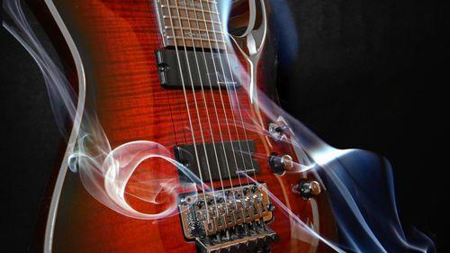 煙に包まれた高級感あるギター